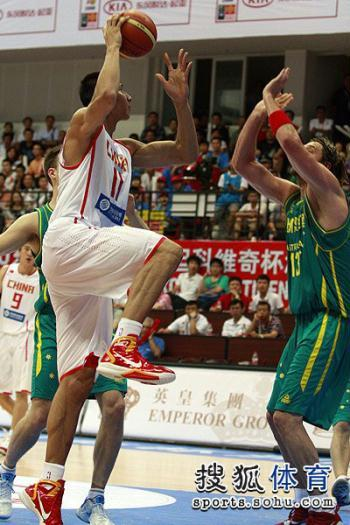 China's NBA star Yi Jianlian collected a game-high 17 points and 10 rebounds.