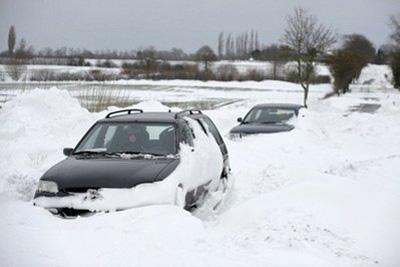 Car are stuck in drifting snow near the northern German town of Soehlen. (AFP/DDP/Philipp Guelland)