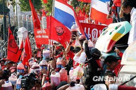 "Thailand's protesting ""red shirts"" have continued their blood pouring demonstration to denounce the government."