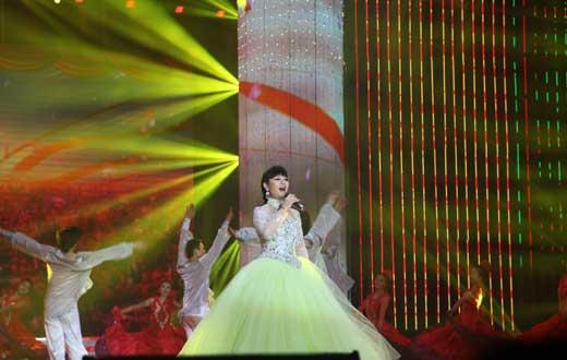 殷秀梅演唱《中国大舞台》