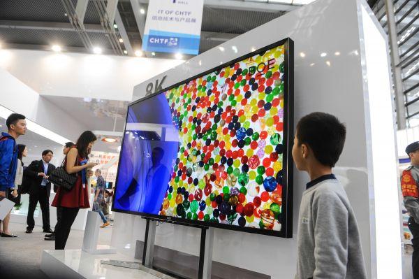 资料图:京东方公司展出8K电视(新华社)