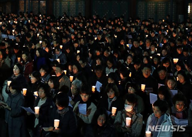 韩国高考到来 家长学生举蜡烛连夜祈祷