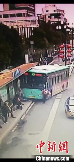 江苏盐城一公交车冲进站台撞伤2人现场群众合力救人