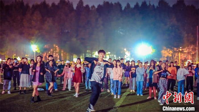 锻炼身体释放压力武汉一高校学生组团跳广场舞