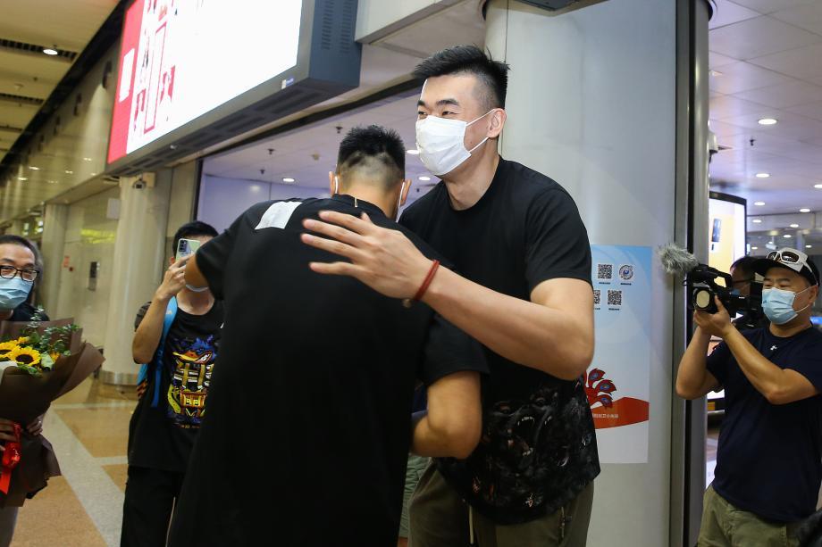 [图]李慕豪抵达北京 翟晓川迎接老友喜悦相拥