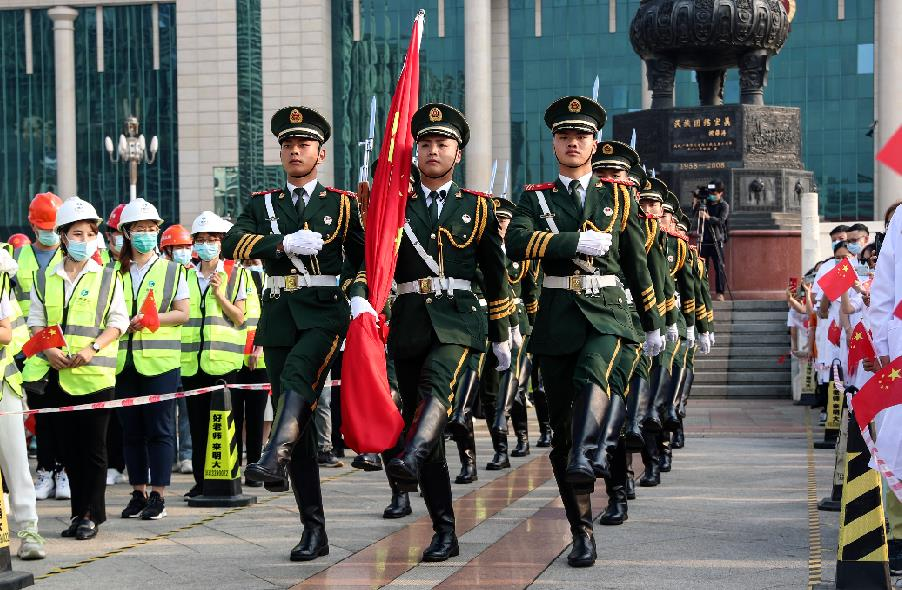 国旗班战士正在担负南宁市民族广场升旗任务。 董亚涛摄