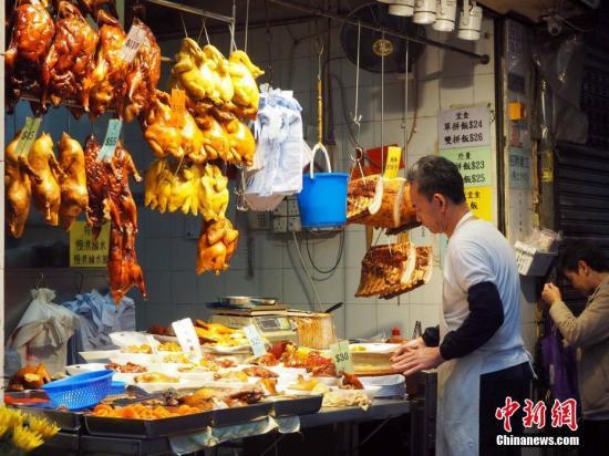 资料图:香港湾仔一家烧腊店铺。湾仔密布着街市、杂货店、小商品店、水果摊,小巷子里面更浓郁的生活气息。中新社记者 洪少葵 摄