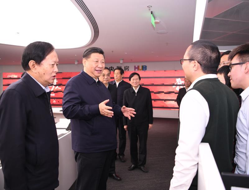 """2019年1月25日,中共中央政治局在人民日报社就全媒体时代和媒体融合发展举行第十二次集体学习。这是中共中央总书记习近平在人民日报""""中央厨房""""同采编人员亲切交谈。"""