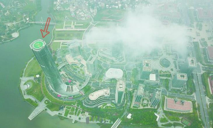 20日上午,一團團云霧從集美新城上空飄過。云上馬拉松就在這幢262米高的誠毅國際商務中心舉行。