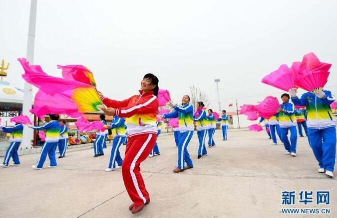 4月17日,内蒙古兴安盟科尔沁右翼中旗巴彦敖包嘎查的村民在乡村文化广场跳扇子舞。新华社记者 彭源 摄