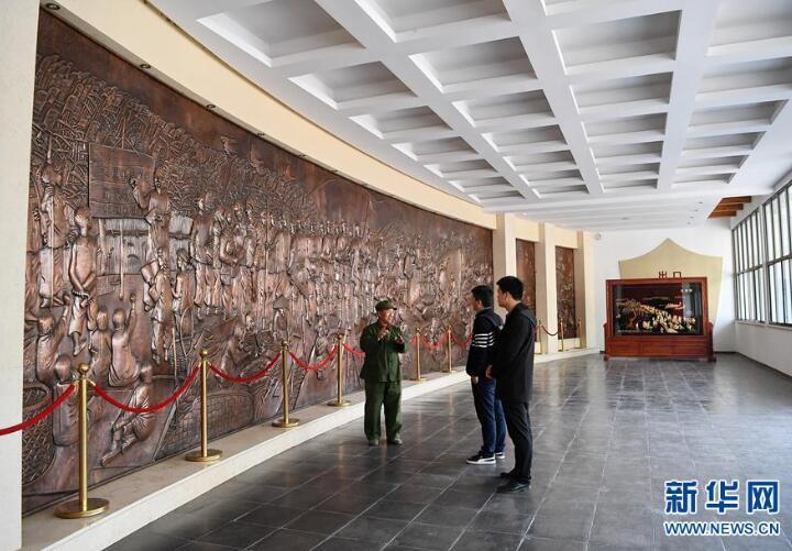王木头(左一)在白洋淀抗战纪念馆内讲述雁翎队抗日故事(4月10日摄)。新华社记者牟宇摄
