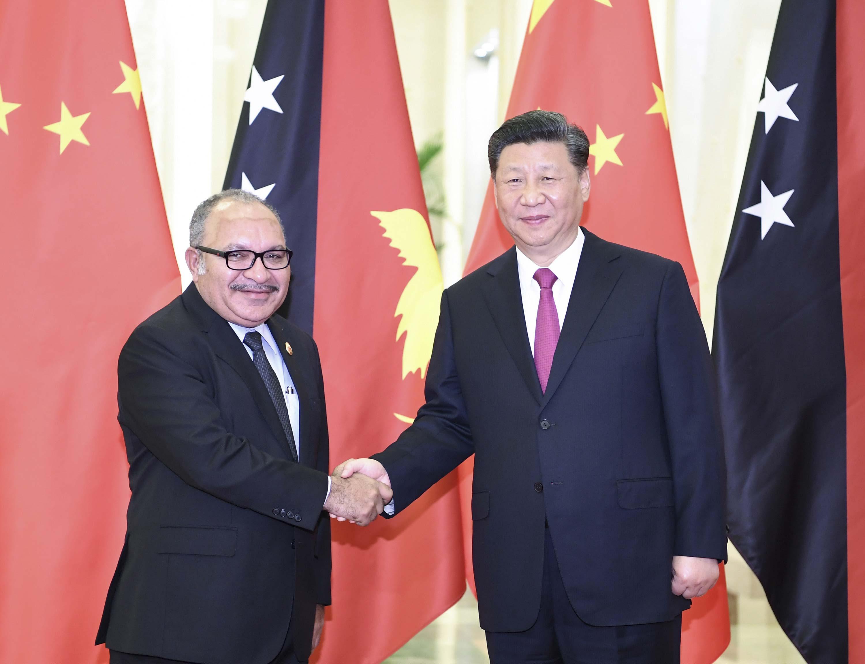 4月25日,国家主席习近平在北京人民大会堂会见巴布亚新几内亚总理奥尼尔。