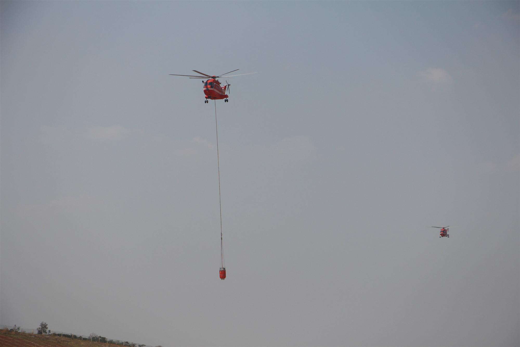 应急管理部森林消防局直升机支队飞行二大队开展灭火训练。(徐辉 摄)