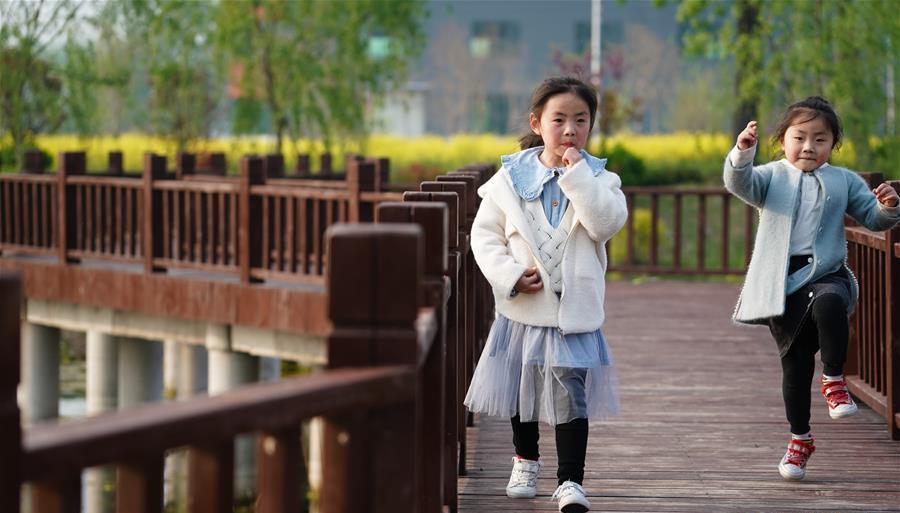 在耿车镇大众村,小朋友在栈桥上玩耍