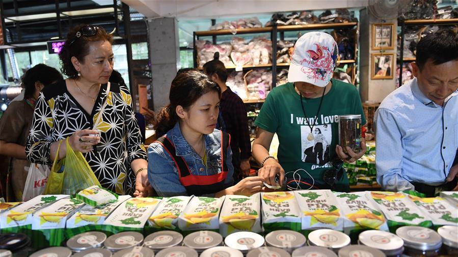 游客在广西大新县德天瀑布景区购物