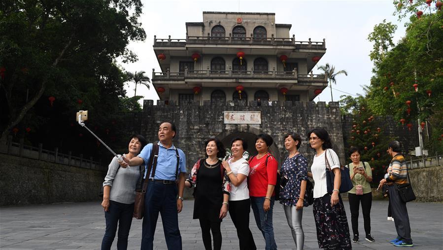 游客在广西凭祥市友谊关游览拍照