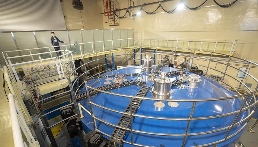 在中核集团中国原子能科学研究院,工作人员介绍100MeV强流质子回旋加速器