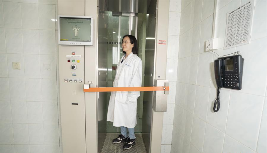 在中核集团中国原子能科学研究院,媒体记者在参观完中国先进研究堆后,都要经过一个特别的安检门,通过检测确定没有受到辐射污染才能够离开