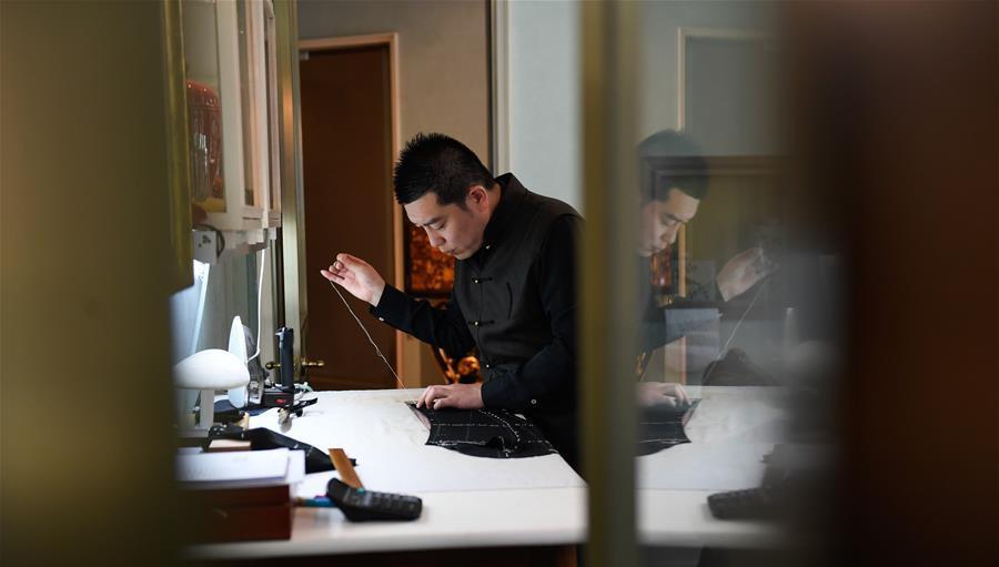红帮裁缝技艺第七代传人戚柏军在制作一件为客户定制的西服