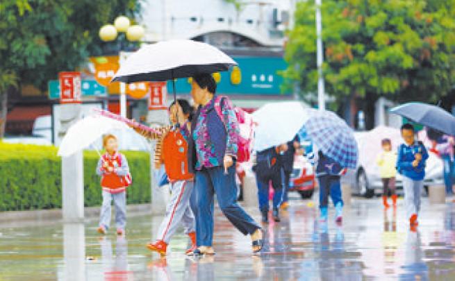 除了充 沛的雨水外, 时不时还有 阵阵凉风吹 来