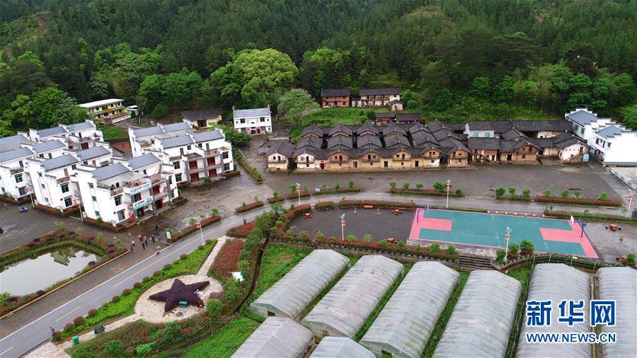 这是4月19日无人机拍摄的江西瑞金华屋村。 新华社记者 胡晨欢 摄