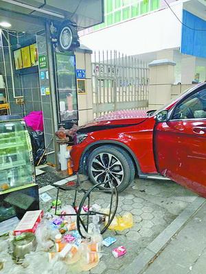 红色奔驰车撞停在饮料店门前