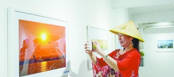 市民拍照记录下喜欢的作品