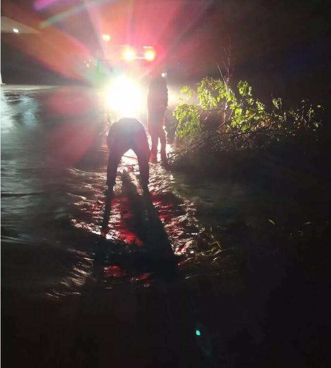 5月16日晚,在省道221线安远镇安远村,宁化公路分局养护工人正在疏通水沟和清理路面因暴雨冲上路面的枯枝杂物