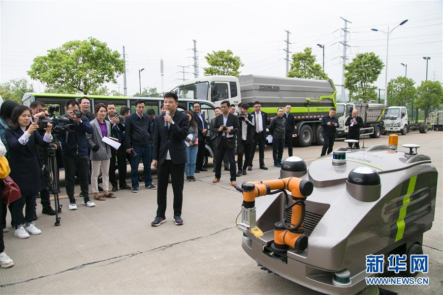 长沙中联重科环境产业有限公司的工作人员展示一款智能清捡保洁机器人(4月28日摄)。新华社发(陈思汗摄)