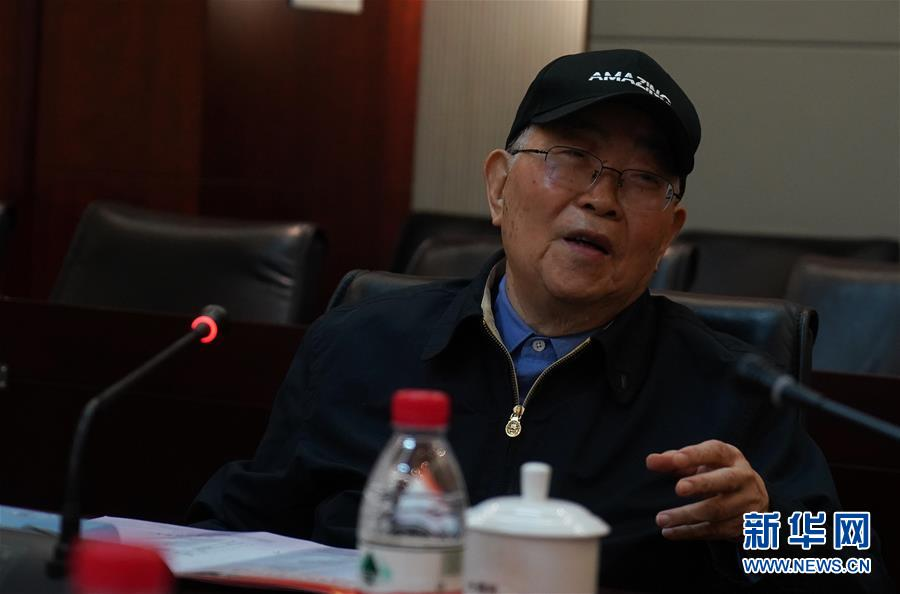 在位于南京的中国电科第14研究所,中国工程院院士、雷达专家张光义在介绍相控阵雷达及其发展趋势(4月23日摄)。 新华社记者季春鹏摄