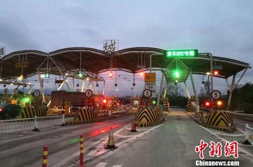 资料图:收费站开通货车ETC专用车道。江西省高速公路联网管理中心 供图