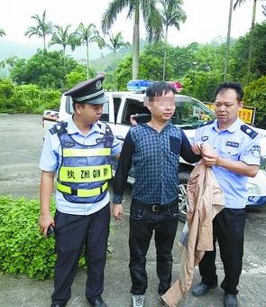 正在稻草堆里瑟瑟发抖的男子,被民警当场抓获