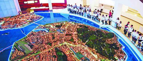 厦门医学院的学生参观厦门市规划展览馆。(记者林铭鸿摄)
