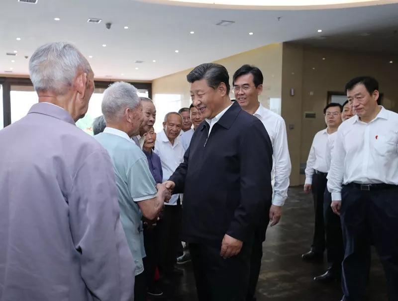 △习近平在江西考察期间亲切会见了于都县红军后代、革命烈士家属代表。