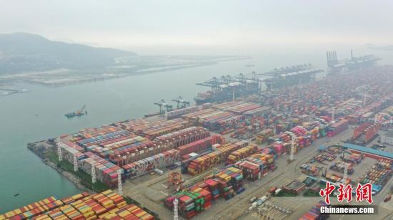 资料图:国际集装箱码头。中新社记者 陈文 摄
