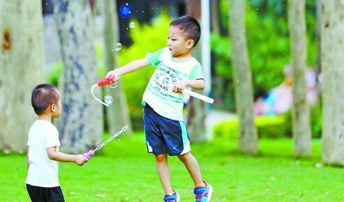 天气闷热,孩子们来到公园玩乐。