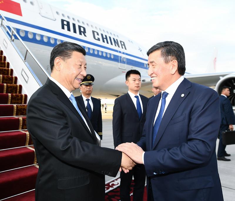 6月12日,国家主席习近平乘专机抵达比什凯克,开始对吉尔吉斯共和国进行国事访问并出席上海合作组织成员国元首理事会第十九次会议。吉尔吉斯斯坦总统热恩别科夫在舷梯旁热情迎接。新华社记者 谢环驰 摄