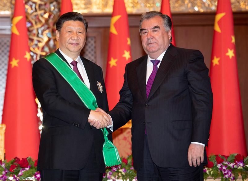 """6月15日,国家主席习近平在杜尚别出席仪式,接受塔吉克斯坦总统拉赫蒙授予""""王冠勋章""""。新华社记者 沙达提 摄"""