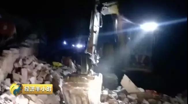 消防救援人员进入废墟搜救