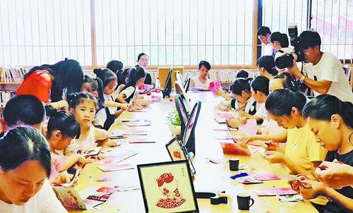 仙岳书院的非遗小学堂里孩子们正在学习剪纸。