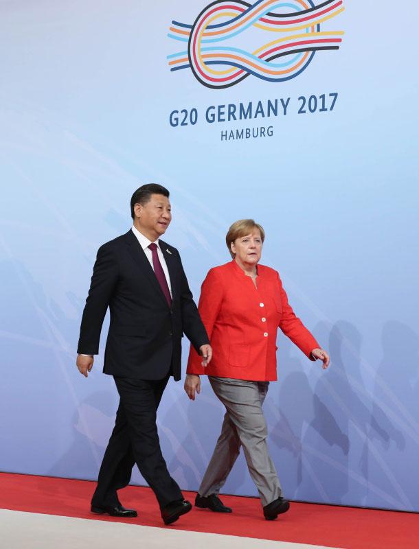 2017年7月7日,二十国集团领导人第十二次峰会在德国汉堡举行。习近平出席并发表题为《坚持开放包容 推动联动增长》的重要讲话。这是峰会开始前,习近平受到德国总理默克尔迎接。