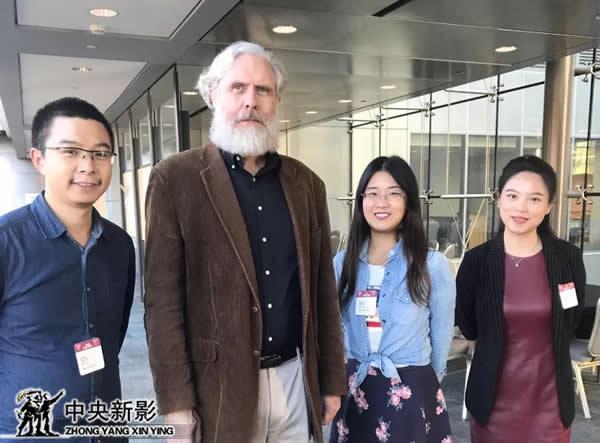 摄制组与美国哈佛大学遗传学教授乔治·丘其