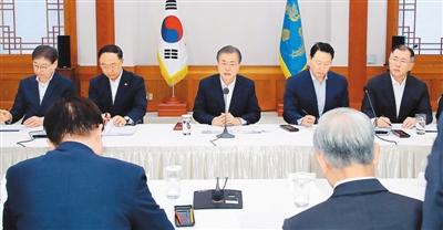 7月10日,韩国总统文在寅会见韩国大企业高管。