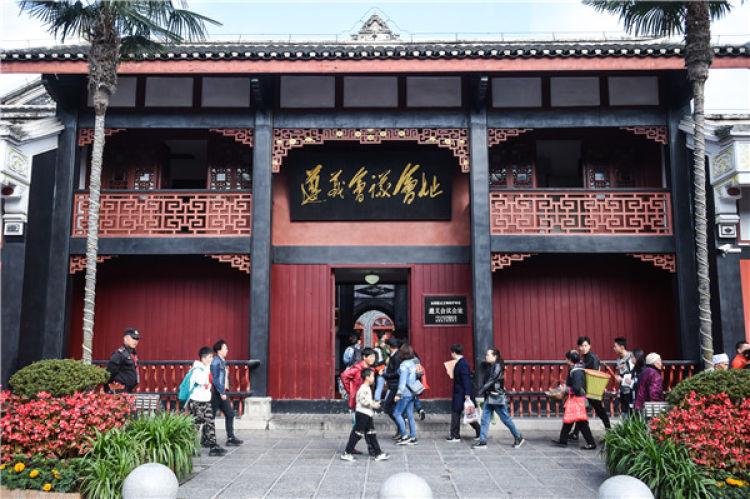 ↑游客在遵义会议会址参观(2019-07-16摄)。新华社记者 陶亮 摄