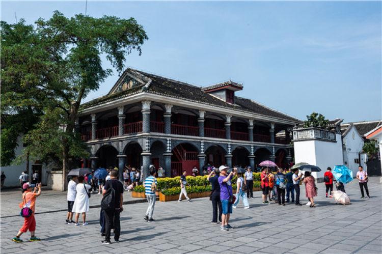 ↑游客在遵义会议会址参观(7月4日摄)。新华社记者 陶亮 摄