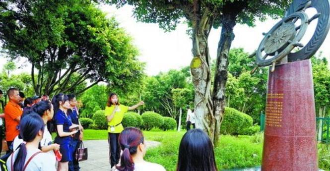 湖里区建设局党委组织党员参观五通灯塔公园社会主义核心价值观雕塑。
