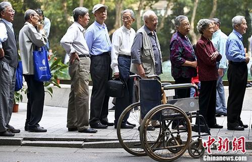 资料图:退休老人排队参加活动。 中新社记者 泱波 摄