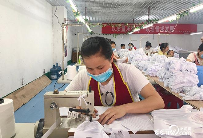 聋哑女孩王小菊在手套厂上班,每月增收两千元