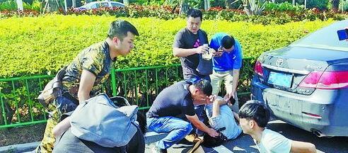 三名盗窃团伙成员在环岛路被思明警方抓获。(警方 供图)