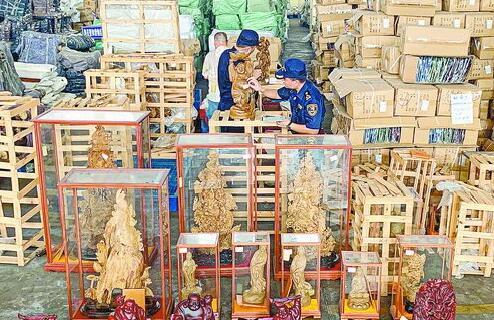 东渡海关关员清点查获的涉濒危木种制品。(蔡少军摄)